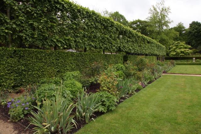 Entretien de jardins et de parcs versailles dans les for Entretien de jardins